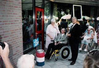 Wim Koker verricht de opening van het gebouw